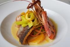 Trio de poisson, spaghetti de légumes, sauce safran aux agrumes